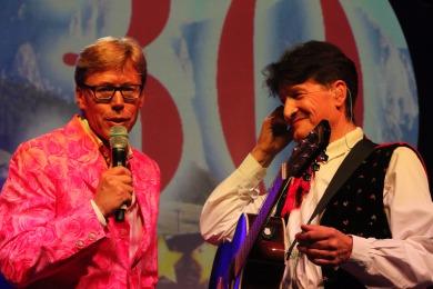 Andreas Fulterer (rechts), hier im Interview mit Moderator Hansy Vogt beim Jubiläum der Kastelruther Spatzen im Jahr 2014, ist am Mittwoch dieser Woche im Alter von nur 55 Jahren gestorben. - Foto: johapress / Hahne