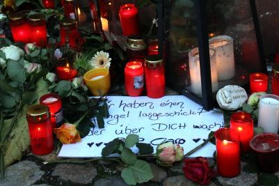 Kerzen und Abschiedsbriefe erinnern an die ermordete Joggerin Carolin Gruber am Marktplatzbrunnen von Endingen - Foto: johapress / Hahne