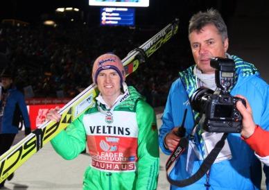 Severin Freund (links) mit FIS-Medienkoordinator Horst Nilgen, Auftaktsieger 2015, führt das 12-köpfige DSV-Aufgebot für die 65. Vierschanzentournee an - Foto: johapress / Hahne