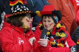 Gut gelaunt und geschminkt: Deutsche Biathlonfans können den Startschuss für die Biathlon WM in Hochfilzen kaum erwarten - Foto: Joachim Hahne /johapress