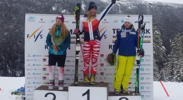 Kathrin Reischmann (Bildmitte) vom SC Gottmadingen grüßt als Telemark Junioren-Weltmeisterin - Foto: DSV Team Germany