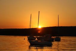 Romantischer Sonnenuntergang am Meer - bis zum 29. Oktober 2017 gilt die Sommerzeit - Foto: Hahne /johapress