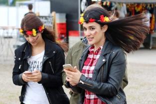 Nicht nur diese beiden weiblichen Fußballfans dürfen sich freuen: Im EU Ausland entfällt zum 15.06.2017 die Roaminggebühr für Telefon, SMS und Surfen - Symbol-Foto: Hahne / johapress