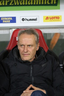 Nachdenklich: Trainer Christian Streich und sein Team erwartet eine spannende und schwere Saison 2017/18 - Foto: Joachim Hahne