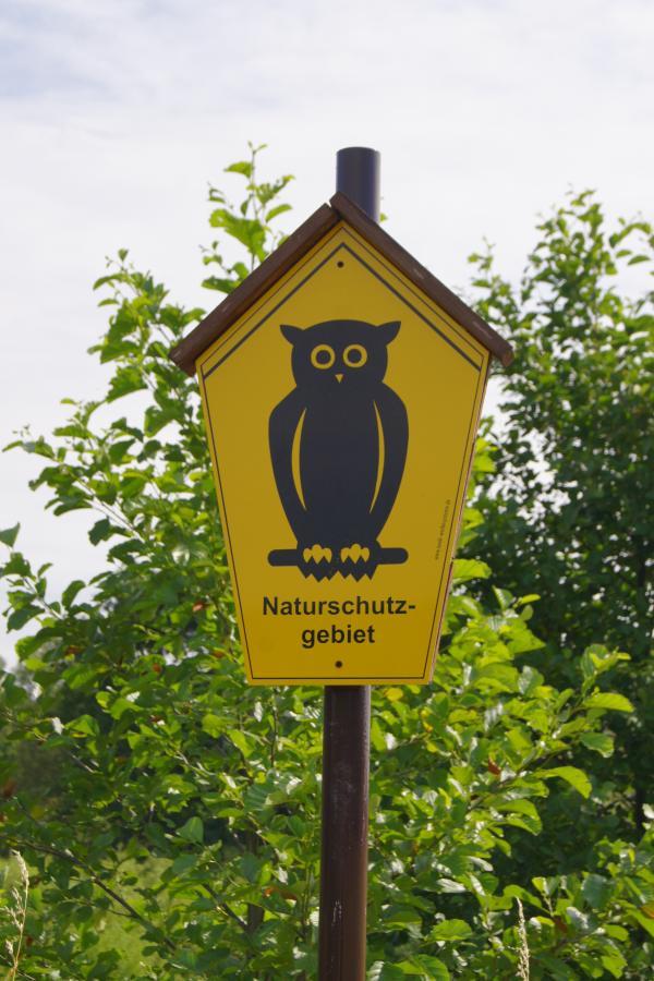 Das Naturschutzgebiet ist durch amtliche Schilder gekennzeichnet. (©D. Schulz)