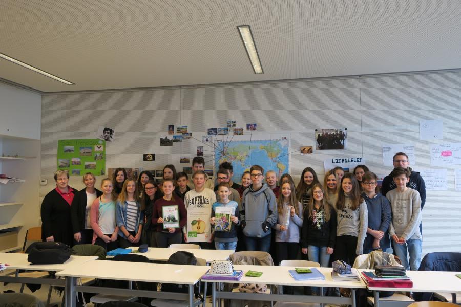 Die Klasse 8e vom Marie-Curie-Gymnasium in Dallgow-Döberitz freut sich zusammen mit dem Klassenlehrer Herrn Thiedtke sowie Anika Barkowski und Marina Maaß von AGRARaktiv über den 3. Preis im Landeswettbewerb (Foto: AGRARaktiv)