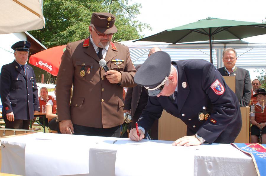 Kommandant Trinkl unterzeichnet die Partnerschaftsbeurkundung