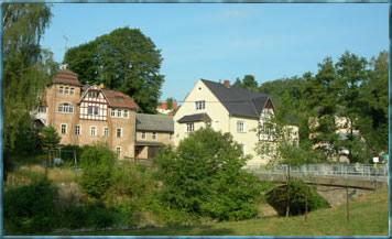 Ensemble der Elbersdorfer Mühle, zum Teil bereits saniert, sehenswert die Wasserkraftanlage mit erneuertem Mühlgraben und Fischtreppe