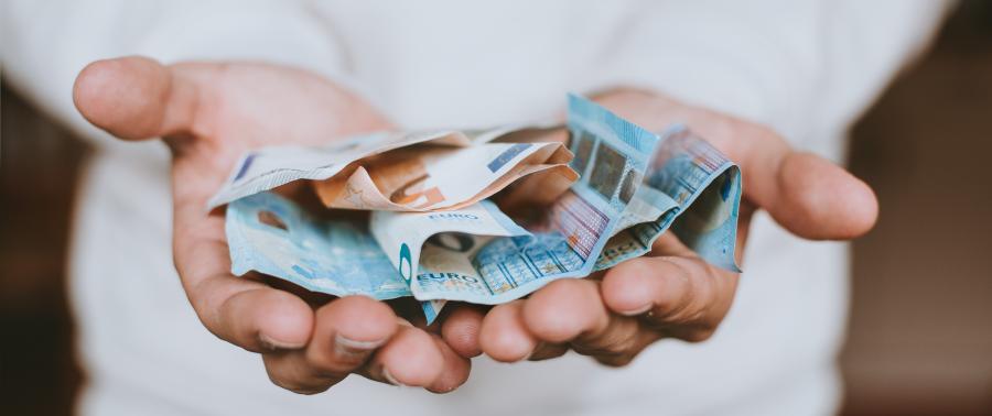 Header-Bild: Hände, die Euro-Scheine halten