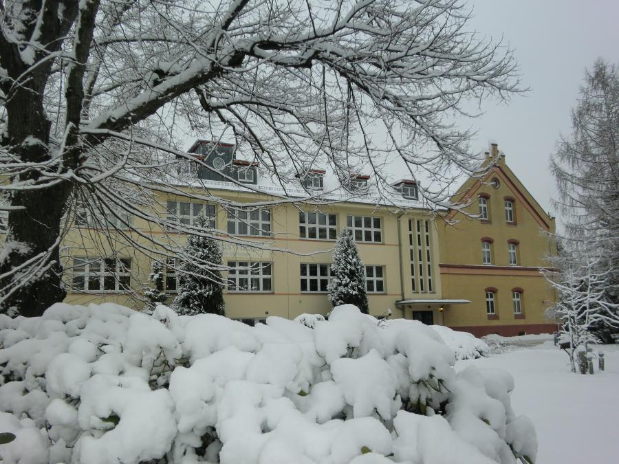 Winteransicht der Schule