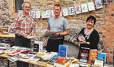 Bücherflohmarkt vorm Torhaus