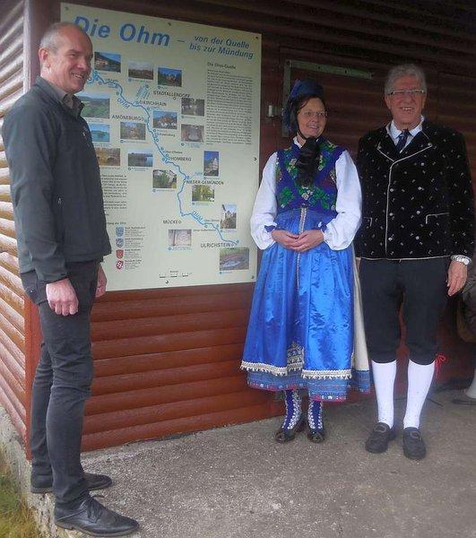 Bürgermeister Edwin Schneider mit dem Trachtenpaar Elisabeth Gerlach und Hans-Jürgen Diehl (von links)