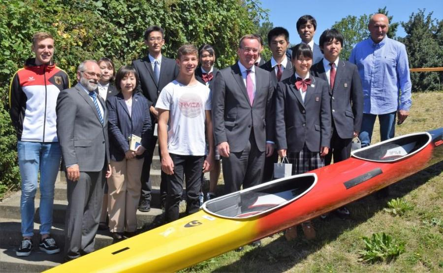 Innenminister Pistorius inmitten der jungen Kanurennsportler aus Niedersachsen, Japan und Südafrika.