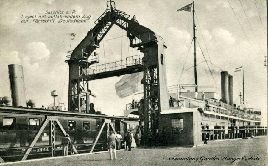 """Sassnitz a. R. Trajekt mit auffahrenden Zug   auf Fährschiff """"Deutschland"""""""