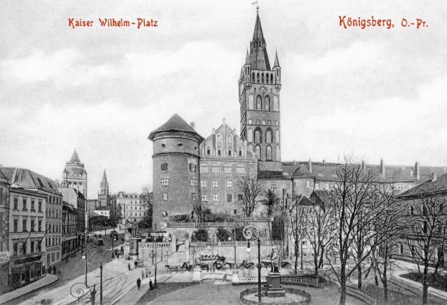 Postkartenbild des alten Königsberger Schlosses in Ostpreußen vor dem die R1 rechts abbog