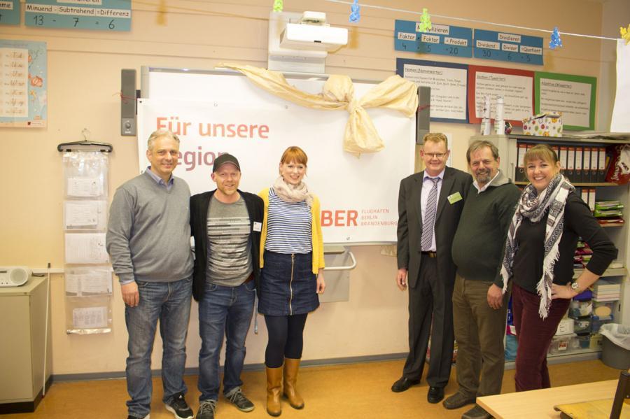 Übergabe des Smartboards durch Fr. Bosse, 3. V. links, Sponsor BER
