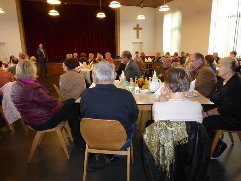 Bild zeigt den Ersten Stadtrat Ralf Sachtleber, wie er zu den Teilnehmenden am Dankeschön-Nachmittag 2014 spricht