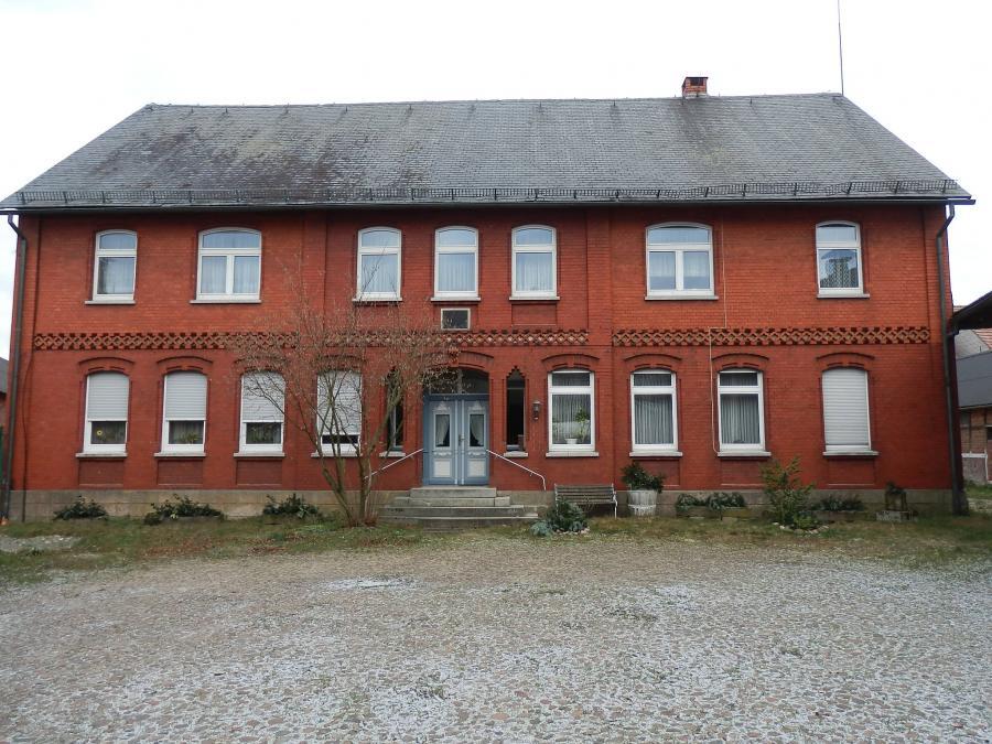Der Westgiebel des ehemaligen Brunsteiner Amtshauses in seiner derzeitigen Gesamterscheinung (Bestandsfoto 11.06.2011).