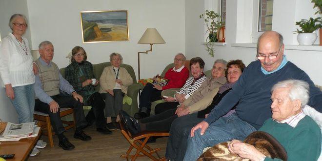 Bewohner, Angehörige und Betreuer der Demenz-WG Lüneburg haben sich zu einer kleinen Geburtstagsfeier zusammengefunden