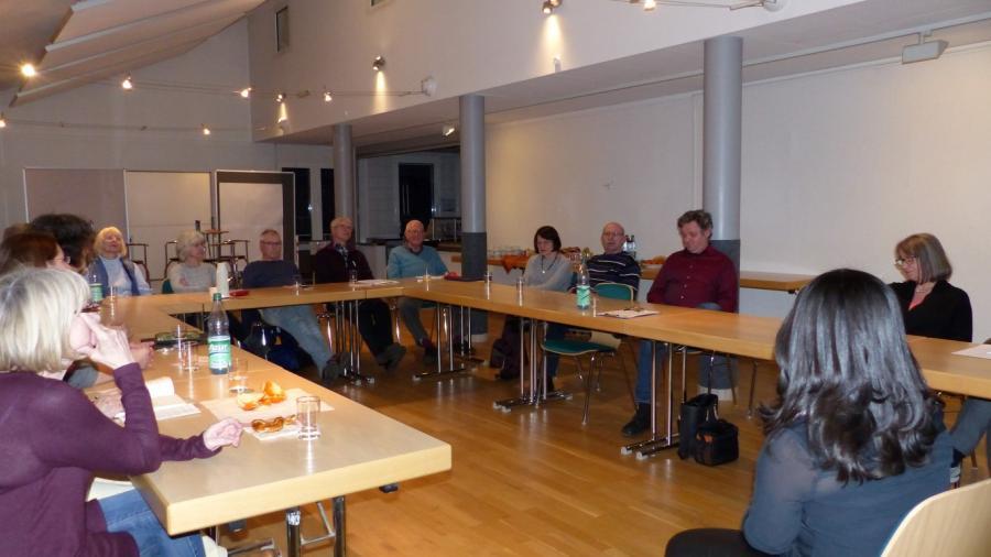 """Foto zeigt die Teilnehmer*innen während es Workshops zum Thema """"Bin ich eigentlich Demokrat*in"""""""