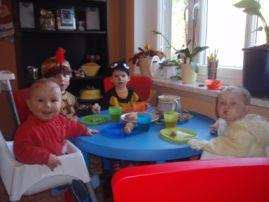 Der Esstisch in der Küche, hier zu Fasching. Hier basteln und malen wir und hier essen wir auch alle gemeinsam.