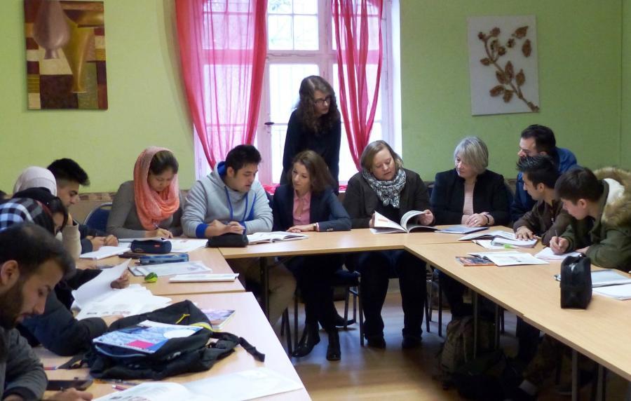 Bild zeigt Bürgermeisterin Monika Böttcher und andere Verantwortliche beim Deutschkurs für junge Geflüchtete