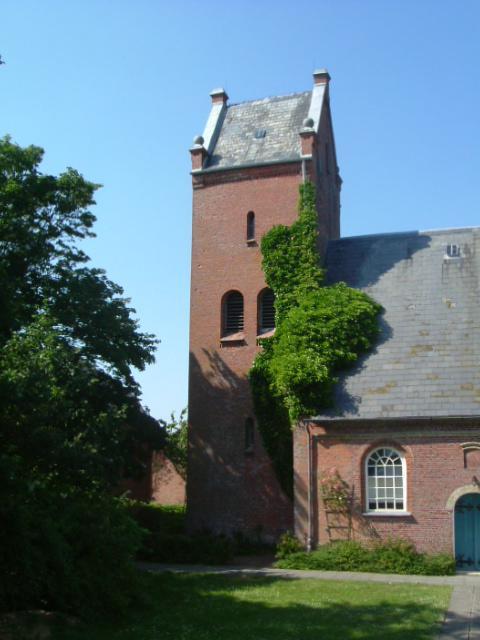 Schon von weitem ist die Dagebüller Kirche zu erkennen.
