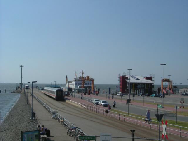 Weiter entlang der Dorfstraße und der L9 erreicht man den Dagebüller Hafen,