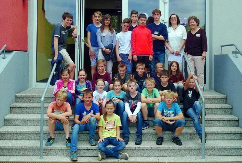 Französische und deutsche Jugendliche mit Pädagoginnen
