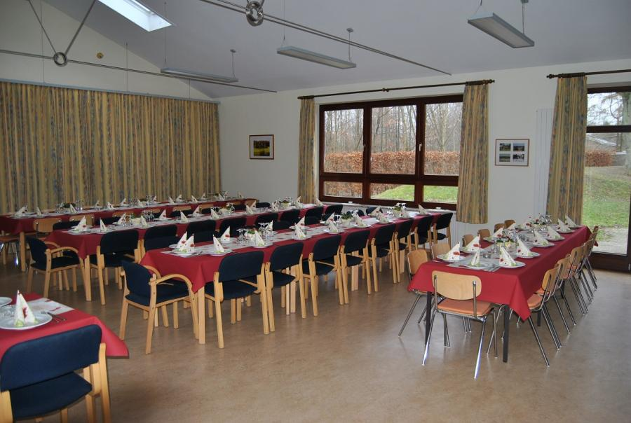 Dorfgemeinschaftshaus, eingedeckter großer Saal; Quelle: Gemeinde Pohnsdorf