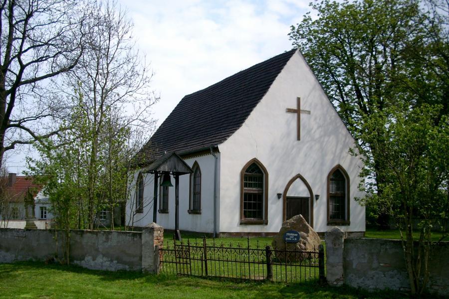 Dorfkirche Möthlow Sommer