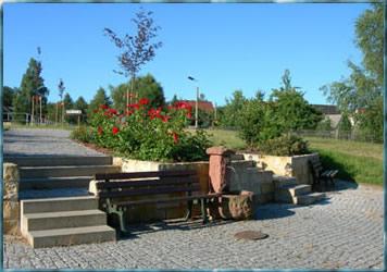 Dorfplatz mit neu errichtetem Brunnen, gestiftet von der Partnerfeuerwehr Siedelsbrunn