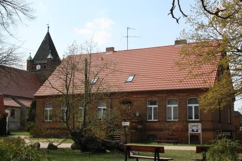 Dorfplatz mit Prangerlinde, die derzeitige Heimatstube und Blick auf die ev. Kirche