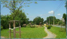 Dorfplatz mit Spielplatz im Hintergrund