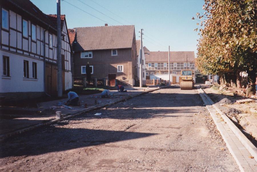 Neubau der Dorfstraße nach einem Hochwasser
