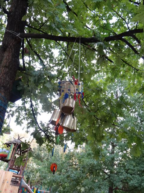 Windspiel mit Blechdosen