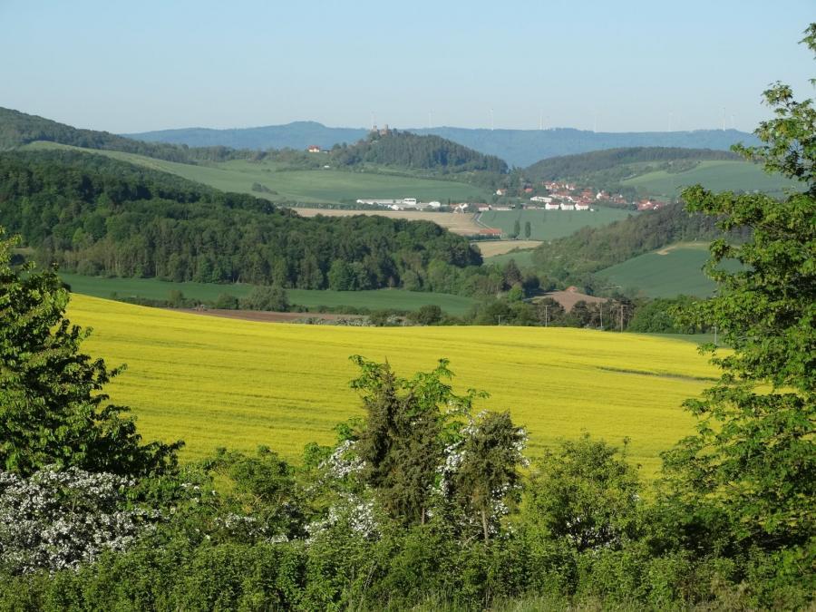 Eichsfeldlandschaft mit Burg Hanstein. Foto: H. Hartung (06.05.2018)