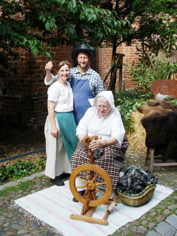Frau Inge Ridder am Spinnrad auf dem Ackerbürgerfest in Nauen