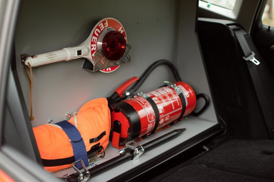 Feuerwehrtechnische Beladung hinter der Rücksitzbank