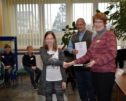Die Siegerin Kim Dinnis mit Olaf Waterstradt und Marita Rehm