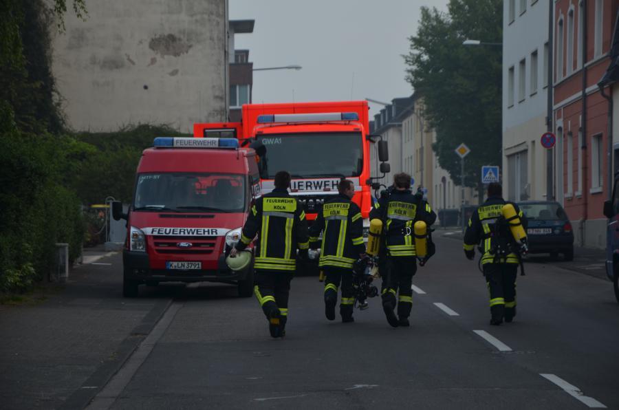 4 Strundener Kameraden nach einem Einsatz am Dellbrücker Mauspfad (Quelle: Miklos Laubert www.bf-koeln-einsaetze.de)