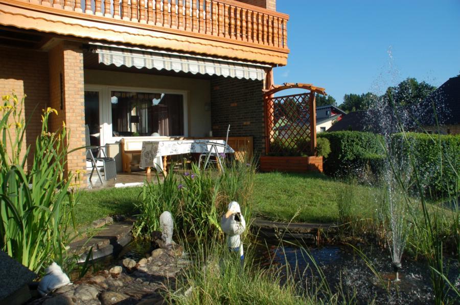 Gartenterasse und Teich