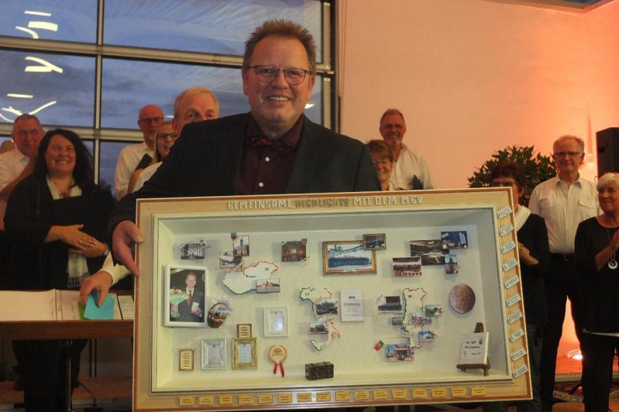 Karl-Heinz Wenzel wird vom Chor ausgezeichnet