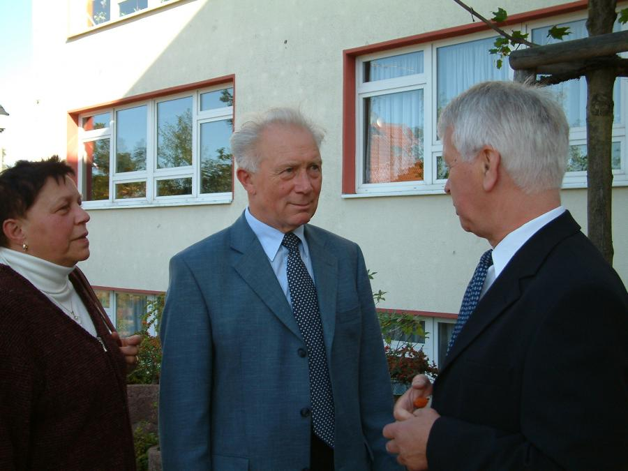 25.09.2004: Schulleiter Herr Bismark mit dem Ehepaar Jähn