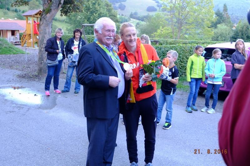 Ehrenbürger Herr Schwäbl gratuliert der ehemaligen Schülerin