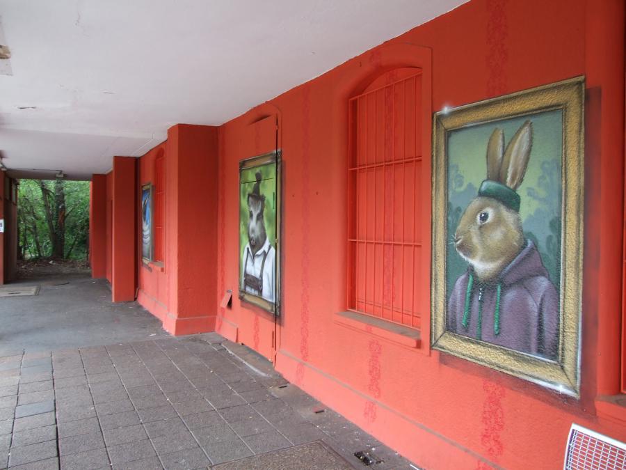 Bild zeigt diverse Kunst an den Bahnhofswänden