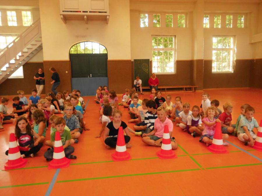 Die Aufgaben der einzelnen Stationen werden den Kindern erklärt.