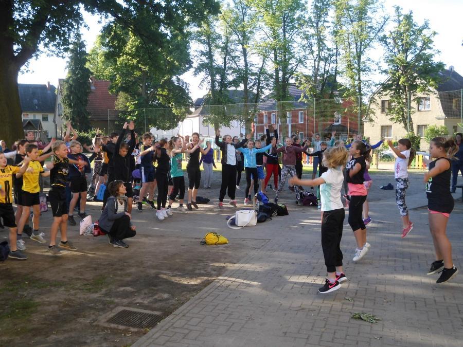Vor dem Wettkampf bitten Schülerinnen der 4a zur Erwärmung.