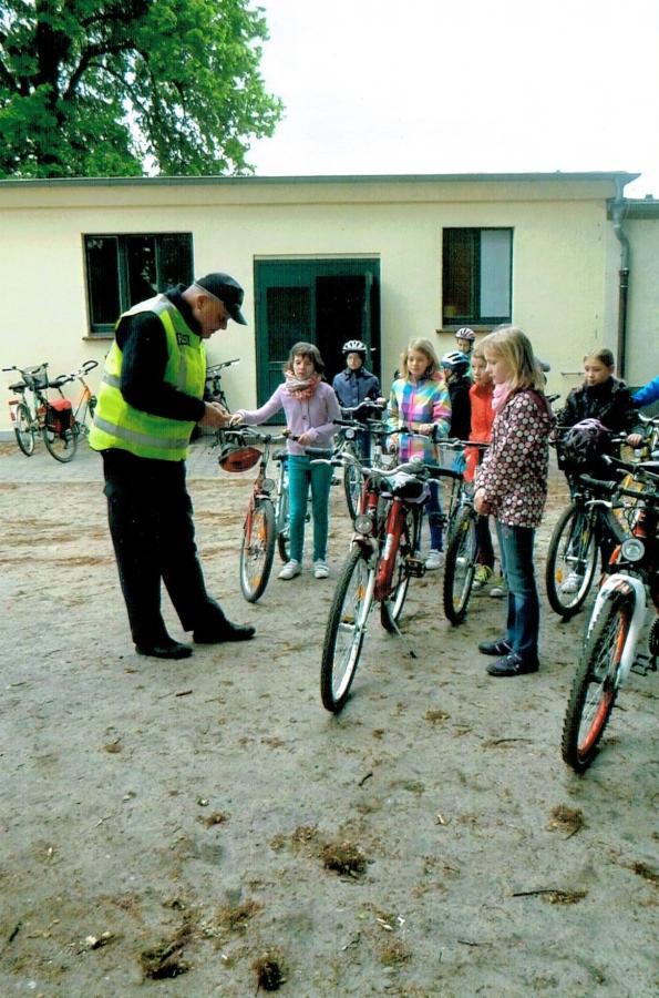 mit der Polizei bei der Überprüfung der Räder