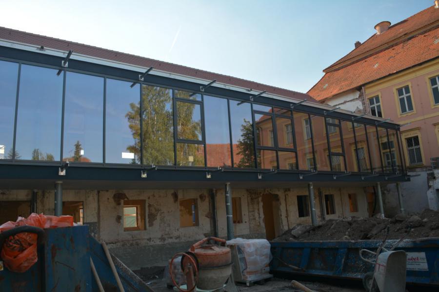 Glasfront am Foyer des Westflügels